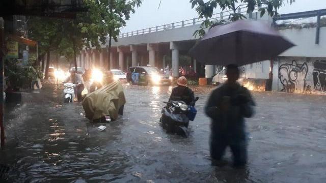 Mưa ngập đường Huỳnh Tấn Phát (Q.7)