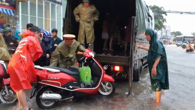 CSGT đội mưa giúp dân qua vùng nước ngập sâu trong bão số 9