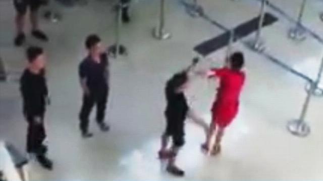 Góc camera khác trong vụ 3 thanh niên đánh nữ nhân viên Vietjet ở sân bay Thọ Xuân