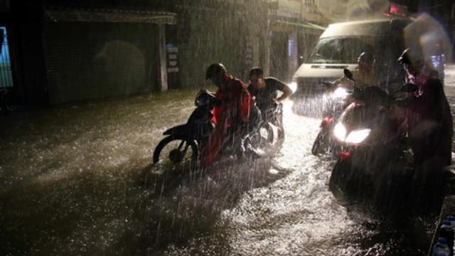 Người Sài Gòn trắng đêm vật lộn với nước ngập vì cơn bão số 9