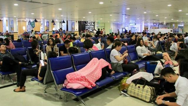 Hành khách ngủ la liệt ở sân bay Tân Sơn Nhất trong đêm mưa bão