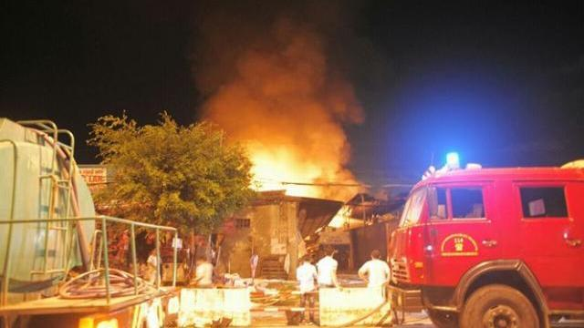 Cháy dữ dội ở bãi chứa nhiều xe bồn chở xăng dầu Nha Trang