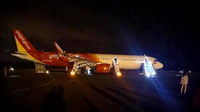 Video Máy bay Vietjet chở 207 hành khách gặp sự cố khi hạ cánh