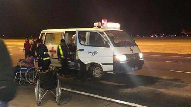 Hành khách rời máy bay tại sân bay Buôn Ma Thuột sau sự cố
