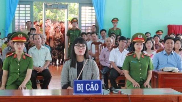 """Tuyên án phạt tù Huỳnh Thục Vy tội """"xúc phạm Quốc kỳ"""""""