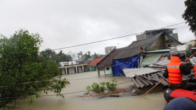 Quảng Nam: Nước ngập tận cổ, nhà chỉ còn thấy nóc