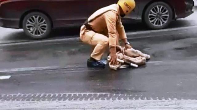 CSGT dùng giẻ lau vết dầu trên đường
