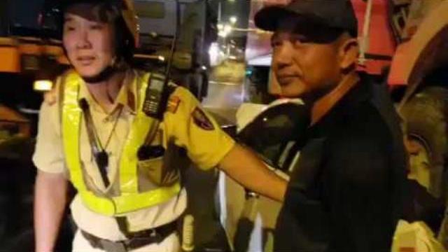 Ôtô bị cán bẹp trên cầu Phú Mỹ, CSGT chúc mừng tài xế ôtô thoát