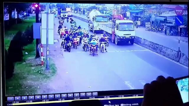 Camera quay lại vụ tai nạn - Xe Container tông hàng loạt xe máy chờ đèn đỏ Bến Lức Long An