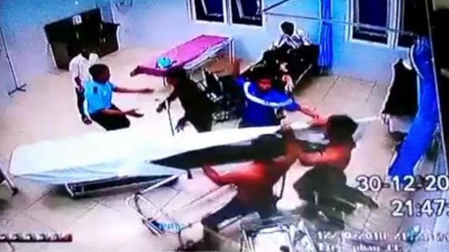 20 thanh niên vây ráp, đập phá trụ sở công an xã gây náo loạn