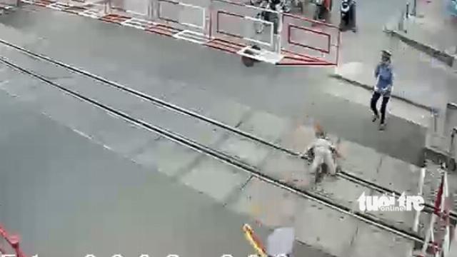 2 nữ nhân viên gác chắn cứu cụ bà trong 2 giây trước đoàn tàu
