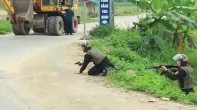 Hàng trăm cảnh sát bao vây đối tượng vận chuyển ma túy thủ súng cố thủ trong ôtô