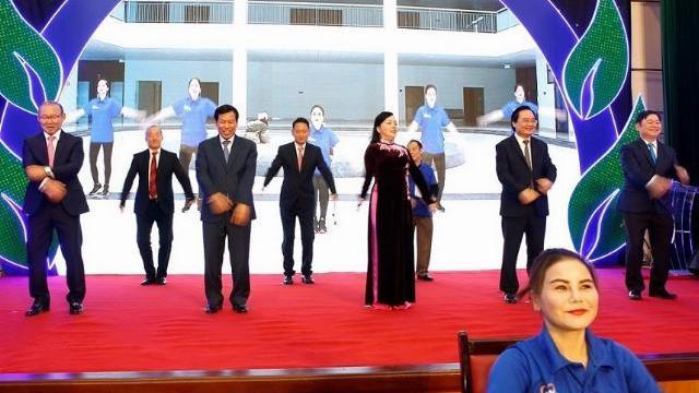 3 bộ trưởng cùng nhau tập thể dục trên sân khấu