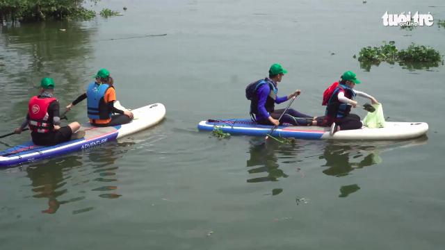 Các bạn trẻ đi vớt rác trên sông Sài Gòn bằng thuyền sup