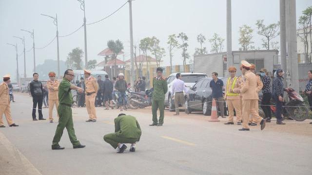 Camera ghi lại khoảnh khắc kinh hoàng xe khách cuốn phăng đoàn người đưa tang ở Vĩnh Phúc