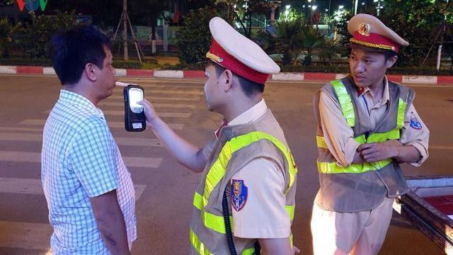 """Cảnh sát Hà Nội """"mật phục"""", chủ quán bia báo cho khách """"né"""" bị xử phạt"""
