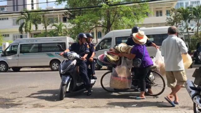 Dân phẫn nộ vì Đội Thanh niên xung kích tịch thu hàng hóa người bán hàng rong