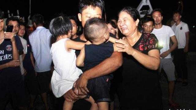 7 thuyền viên sống sót cập đất liền trong nước mắt