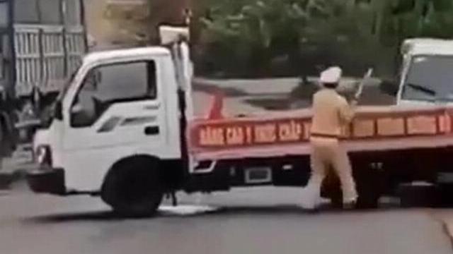 Ôtô chở gỗ lậu lao thẳng vào xe CSGT, đại úy bị hất văng