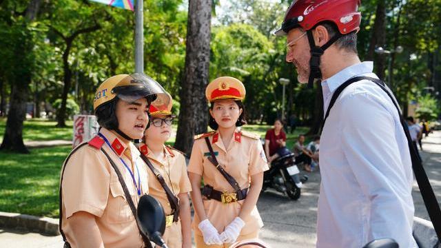 """Khách Tây ở Sài Gòn ngỡ ngàng khi CSGT Việt Nam """"bắn"""" tiếng Anh như gió"""