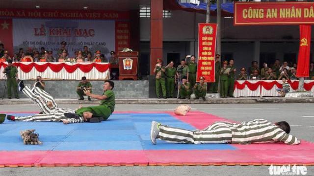 Clip trình diễn: công an hạ gục 3 'tù nhân trốn trại' trong 30 giây