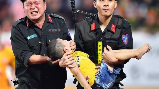 """Xúc động hình ảnh cảnh sát cơ động nén đau cứu CĐV """"nhí"""" ngất xỉu ở sân Thiên Trường"""