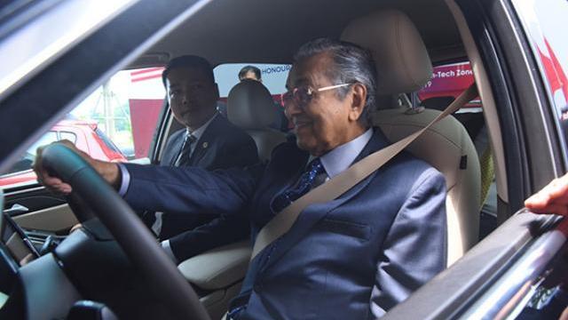 Thủ tướng Malaysia tự cầm lái chiếc xe Việt VinFast Lux SA2.0
