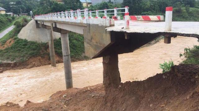 Cận cảnh đường dẫn lên cầu R Lây bị sạt lở mất phần móng, cầu bị xói mỏng như... bánh tráng