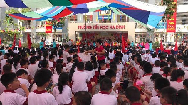 Lễ khai giảng tại Trường tiểu học Hạ Đình - ngôi trường cách vụ cháy nhà máy Rạng Đông khoảng 300m