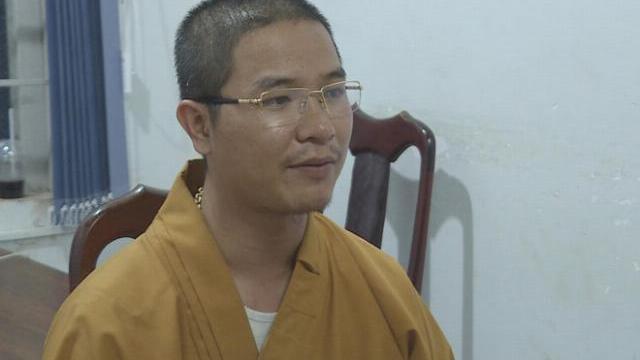 Bức xúc vì bị bấm còi inh ỏi, thầy chùa dùng gậy đập bể kính xe hơi