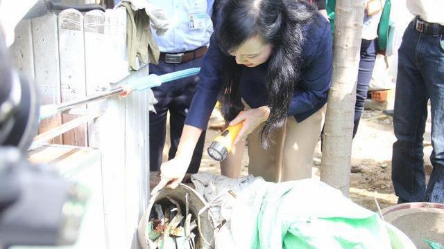 Bộ trưởng Nguyễn Thị Kim Tiến đến nhà dân.. 'tìm bọ gậy'