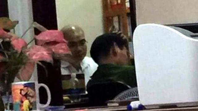 Nhân viên Alibaba kiệt sức vì cuộc khám xét xuyên đêm