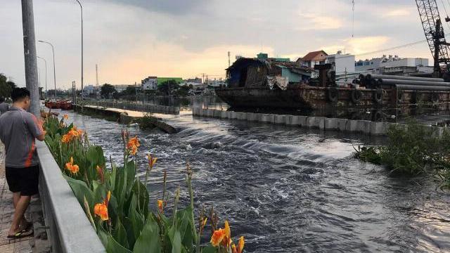 Nước tràn vào nhà dân vì vỡ bờ bao
