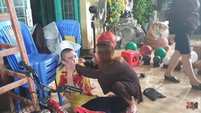 Tịnh thất Bồng Lai bị nhóm người lạ lùng sục tìm con gái dẫn đến xô xát.mp4