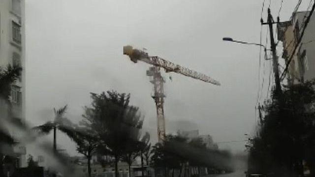 Cần trục xây dựng chung cư 32 tầng quay tít