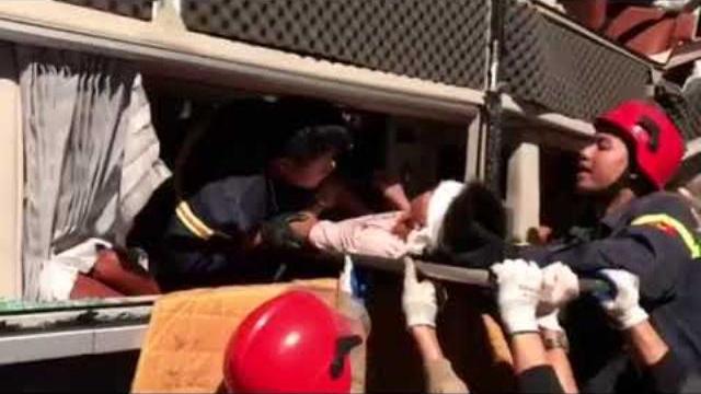20 Cảnh sát cứu hỏa cứu 3 người mắc kẹt trong xe khách