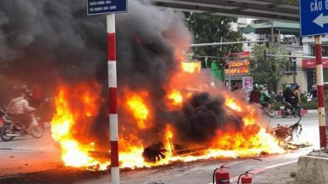 Mercedes bốc cháy sau tai nạn liên hoàn, một người chết