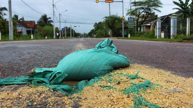 'Bẫy nguy hiểm' bao cát, buồng dừa tràn lan trên quốc lộ 1