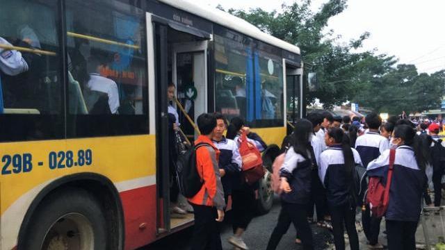 Gần 120 học sinh chen chúc trên xe bus 60 chỗ