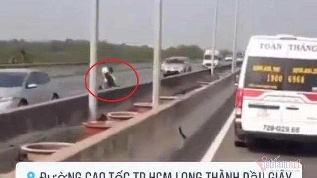 Đôi nam nữ lao xe máy ngược chiều trên cao tốc Long Thành