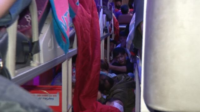 Gần 100 hành khách nhồi nhét chật kín trên xe khách giường nằm 46 chỗ
