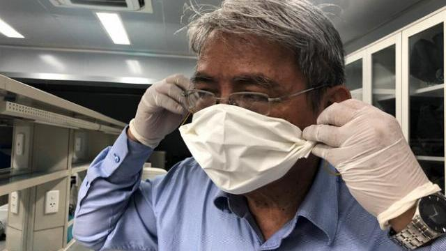 Bác sĩ chỉ cách làm khẩu trang bằng khăn giấy phòng virus corona