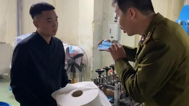 Kinh hãi, xưởng làm khẩu trang kháng khuẩn bằng... giấy vệ sinh