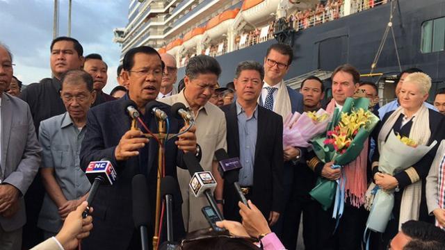 Thủ tướng Campuchia Hun Sen đích thân ra đón du khách trên du thuyền