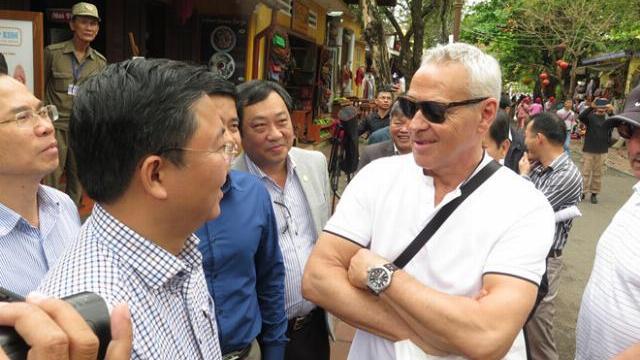 Cuộc trò chuyện giữa Chủ tịch Quảng Nam với khách Tây ở phố cổ Hội An
