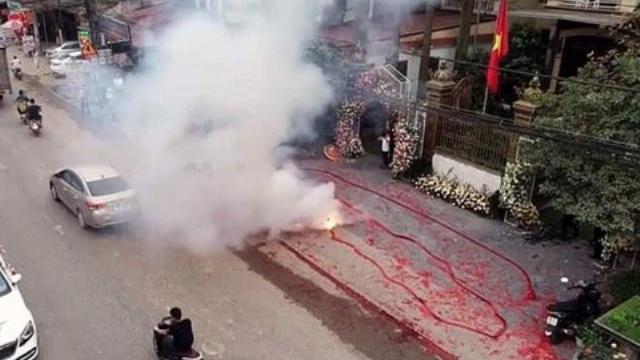 """Hà Nội: Đám cưới """"coi trời bằng vung"""" đốt pháo đỏ đường"""