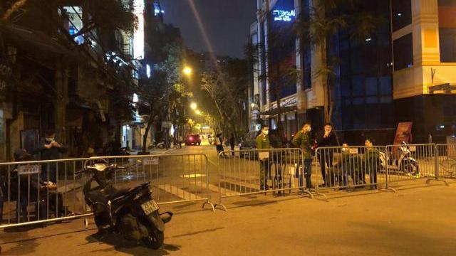 Lực lượng chức năng lập rào chắn ở phố Trúc Bạch