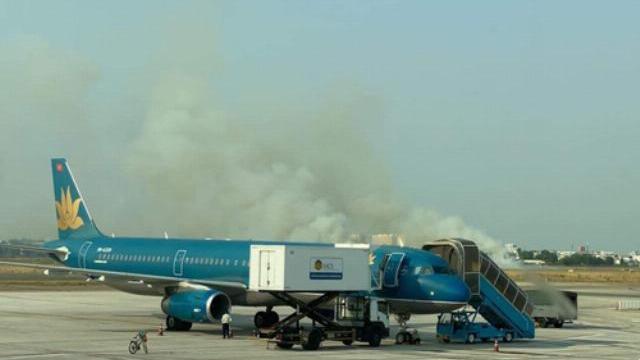 Máy bay nổ lốp khi chạy đà, khói bốc mịt mù ở Tân Sơn Nhất