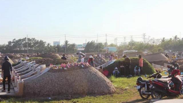 Nhiều người kéo nhau đi cúng thanh minh ở Bạc Liêu