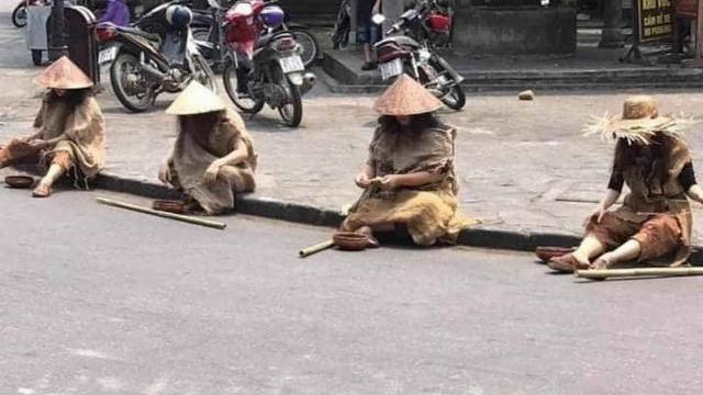 Đóng giả ăn xin ngồi la liệt ở phố cổ Hội An đang gây bão trên mạng xã hội